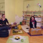 Miri Zinck, Yogalehrerin (BDY/EYU) an der Gitarre Paula Ramm, Yogalehrerin (BDY/EYU), am Harmonium